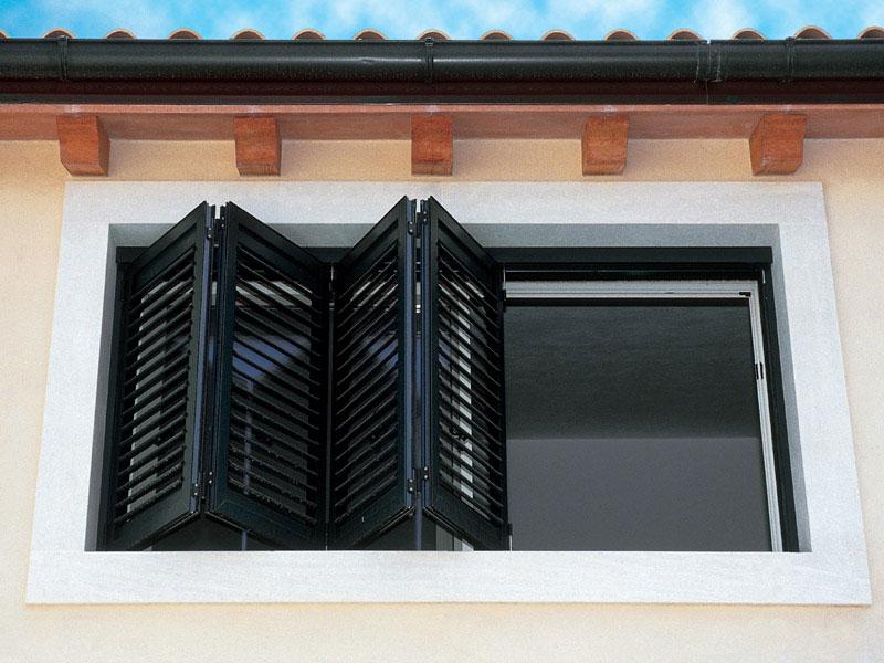 Persianas regulaci n de la luz seguridad est tica y for Porticones madera exteriores